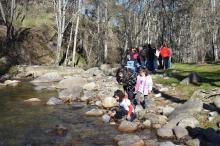 Numeroso público familiar en la acción de voluntariado sobre el desmán ibérico celebrada en el puente de la Constitución en la Casa del Parque Valle de Iruelas