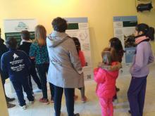 Escolares visitando la exposición en Gargantilla